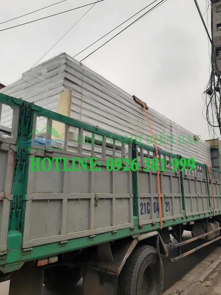 Xe vận chuyển panel EPS từ nhà máy xuống công trình