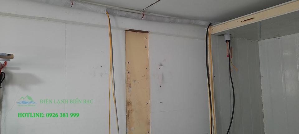 Các tấm panel kết nối với nhau bằng khóa camplock