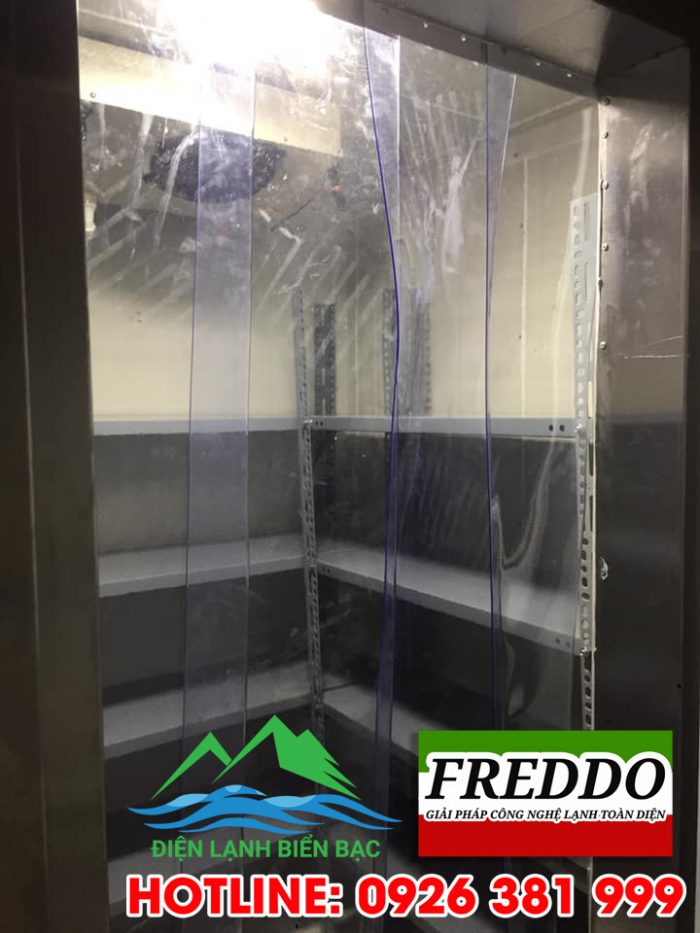 Lắp cửa thanh nhựa để chống mất nhiệt và shock nhiệt khi kho đang hoạt động