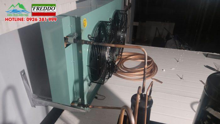 Treo và hàn ống đồng đấu nối từ máy nén vào dàn nóng